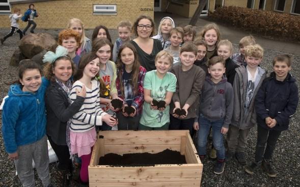 Eleverne på Gudenåskolen i Ry er klar til at gå i kast med Mobile haver. Foto: Henrik Bjerg for Mobile Haver.